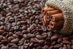 Ложь ручек циннамона на кофейных зернах стоковая фотография