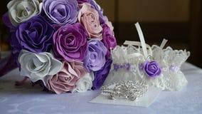 Ложь свадьбы подвязки букета на аксессуарах таблицы внутри помещения невесты сток-видео