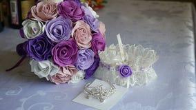 Ложь свадьбы подвязки букета на аксессуарах таблицы невесты внутри помещения сток-видео