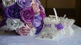 Ложь свадьбы подвязки букета на таблицы аксессуарах внутри помещения невесты сток-видео