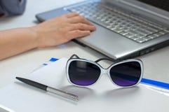 Ложь солнечных очков на таблице офиса стоковое изображение