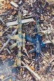 Ложь штурмовых винтовок на деревянных обломоках Стоковые Изображения RF