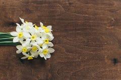 Ложь Daffodils на деревянной предпосылке Стоковая Фотография RF