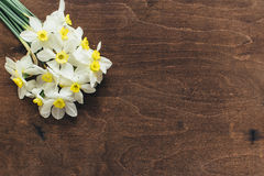 Ложь Daffodils на деревянной предпосылке Стоковая Фотография