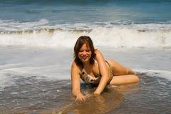 лож девушки занимаются серфингом волна Стоковая Фотография RF