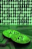 2 лож bitcoins на куче долларовых банкнот на предпосылке монитора показывая бинарный код ярких ых-зелен нулей и одного u Стоковые Изображения RF