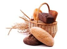 Лоза с хлебом и ушами на белизне Стоковые Фотографии RF