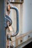 Локер обеспечивая старую тяжелую дверь утюга стоковое фото rf