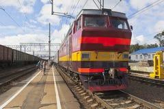 Локомотивный пассажирский поезд CS4t-363 на платформе зоны Danilov Yaroslavl железнодорожного вокзала Стоковое Изображение