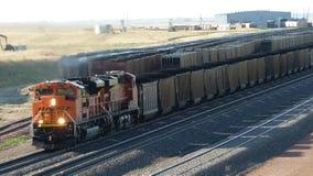 Локомотивный поезд транспортируя уголь в Вайоминге, США стоковые фото
