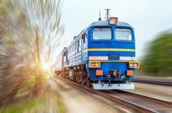 Локомотив в составе пассажирского поезда в движении на скорости Стоковые Изображения