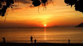 Ломать рассвет с красочным небом и Солнце в Nha Trang стоковое фото rf