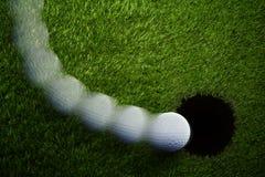 Ломать удар, загоняющий мяч в лунку гольфа Стоковая Фотография