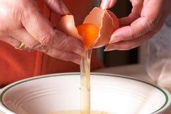 ломать яичка Стоковая Фотография RF
