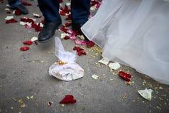 Ломающ плиты на wedding популярная традиция Стоковое фото RF