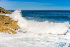 Ломая волны на утесах на береге острова стоковое фото rf