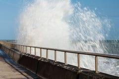 Ломая волны, прогулка Undercliff, восточное Сассекс, Великобритания стоковые фотографии rf