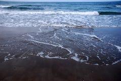 ломая волны Стоковая Фотография
