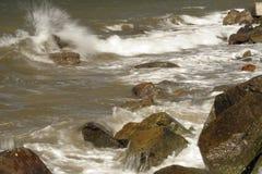 Ломая волна Стоковые Фото