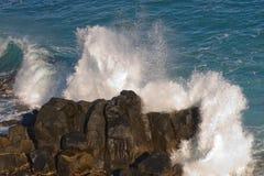 Ломая волны на утесах стоковая фотография