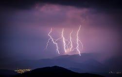Ломая молния во время шторма над городом Стоковые Фото