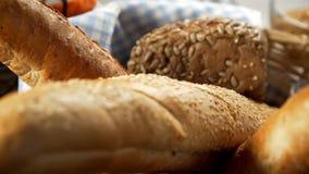 Ломоть хлеба в корзине, продукты хлебопекарни, свежая хлебопекарня сток-видео