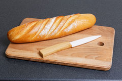 Ломоть хлеба и керамический нож Стоковое Изображение