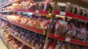 Ломоть хлеба на полках в магазине супермаркета видеоматериал
