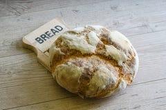 Ломоть хлеба отдыхая на таблице Стоковая Фотография RF