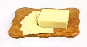 ломтики вырезывания сыра доски Стоковые Фотографии RF