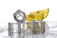 ломтики лимона льда кубиков стоковое фото rf