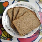 ломтики плиты хлеба стоковая фотография rf