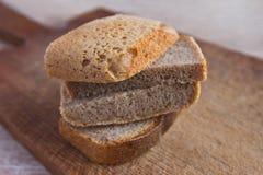 Ломтики хлеба на доске Стоковая Фотография RF