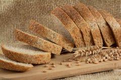 ломтики хлеба темные деревянные Стоковая Фотография RF