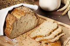 ломтики хлебца зерна хлеба органические все Стоковая Фотография RF