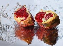 Ломтики Pomegranate и выплеск стоковые фотографии rf
