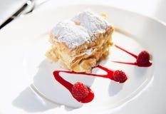 ломтик фарфора плиты mille feuille торта Стоковые Фотографии RF