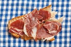 Ломтик хлеба с ветчиной Стоковые Фото