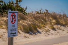 ЛОНГ-АЙЛЕНД, США, 4-ОЕ АПРЕЛЯ 2018: Внешний взгляд информативного знака не стояночной площадки расположенной на outdoors пляжа Стоковые Изображения