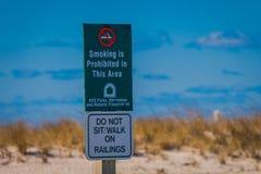 ЛОНГ-АЙЛЕНД, США, 4-ОЕ АПРЕЛЯ 2018: Внешний взгляд информативного знака расположенный на outdoors пляжа на Лонг-Айленд Стоковые Изображения