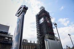 ЛОНДОН, АНГЛИЯ, ВЕЛИКОБРИТАНИЯ Леса 13-ОЕ АПРЕЛЯ 2019 вокруг большого Бен во время восстановления парламента Великобритании стоковые изображения