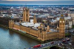 Лондон, Англия - воздушный взгляд горизонта известного большого Бен с парламентом Великобритании Стоковые Изображения