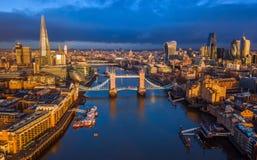 Лондон, Англия - воздушный взгляд горизонта Лондона включая иконический мост башни с красным двухэтажным автобусом Стоковое Изображение RF