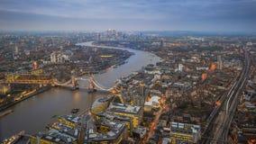 Лондон, Англия - воздушный взгляд горизонта Лондона с иконическим мостом башни, башни Лондона Стоковые Фотографии RF