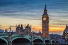 Лондон, Англия - иконическое большое Бен, дома моста Parliamen и Вестминстера на заходе солнца Стоковые Изображения RF
