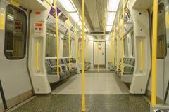 Лондон, Англия: интерьер поезда трубки самомоднейше стоковое изображение