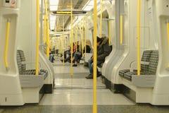 Лондон, Англия: интерьер поезда трубки самомоднейше стоковая фотография