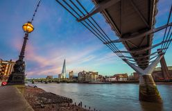 Лондон, Англия - красивая сцена захода солнца на мосте тысячелетия с известным небоскребом Стоковые Изображения RF