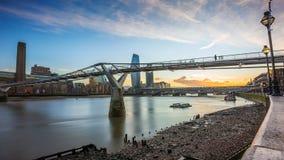 Лондон, Англия - красивый заход солнца на мосте тысячелетия с рекой Темзой и небоскребы Стоковые Изображения