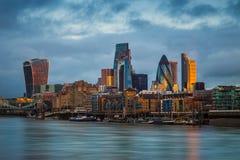 Лондон, Англия - небоскребы банка, ведущий финансовый район Лондона на золотом часе Стоковая Фотография